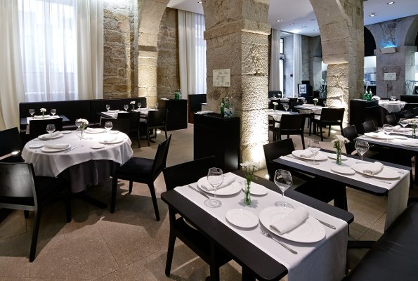 4-star boutique hotel located in an emblematic building that preserves traditional architecture. In the heart of Ourense, in one of the most commercial and lively streets in the city.
