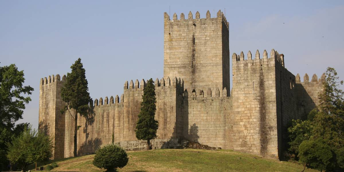 Visit the Castle of Guimarães, the city that saw the birth of Portugal